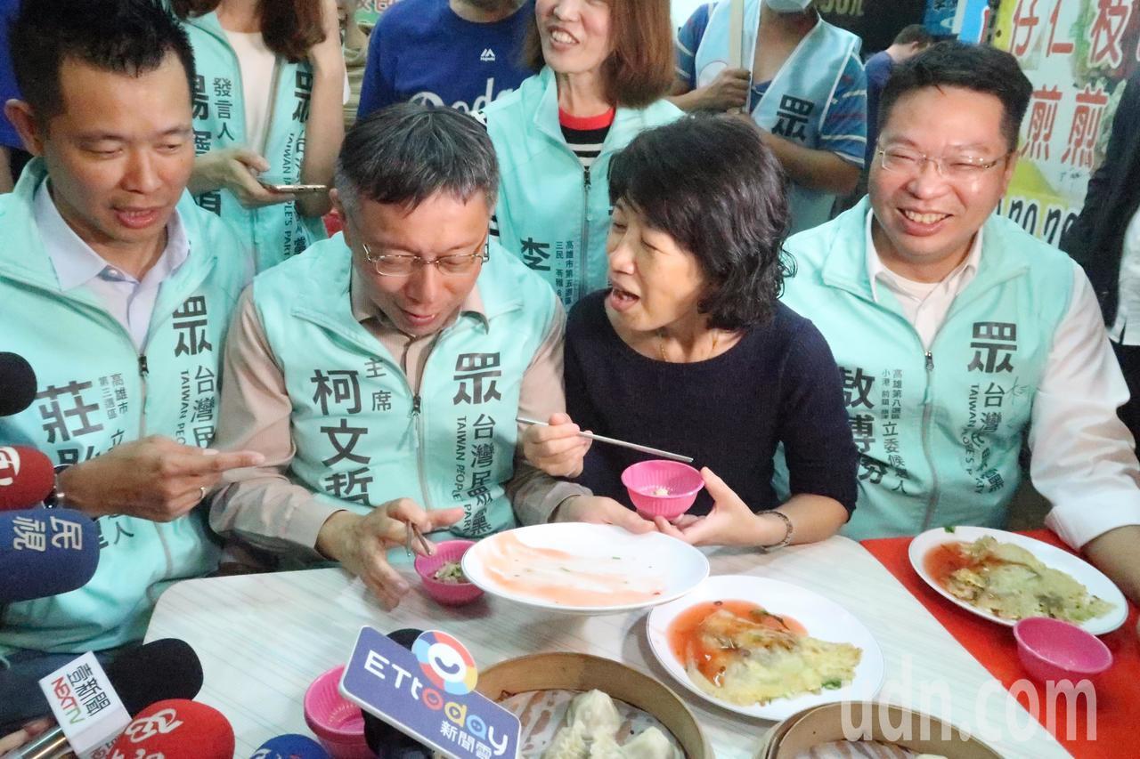 愛吃蚵仔煎的柯文哲(左二)把一盤蚵仔煎吃光光。記者徐如宜/攝影
