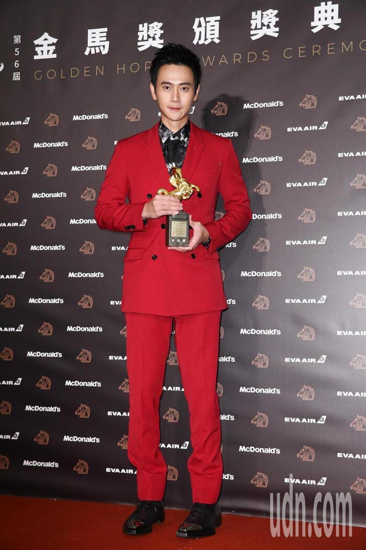 第56屆金馬獎最佳男配角由劉冠廷獲得,他以BERLUTI紅色西裝上台領獎,讓人聯...