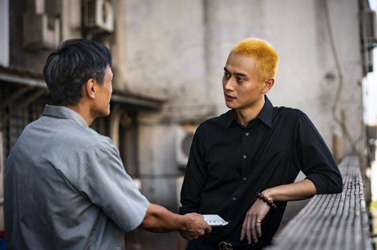 劉冠廷在「陽光普照」中擁有陰冷又深沉的人物性格,全靠到位的眼神和無法讀出情緒的口...