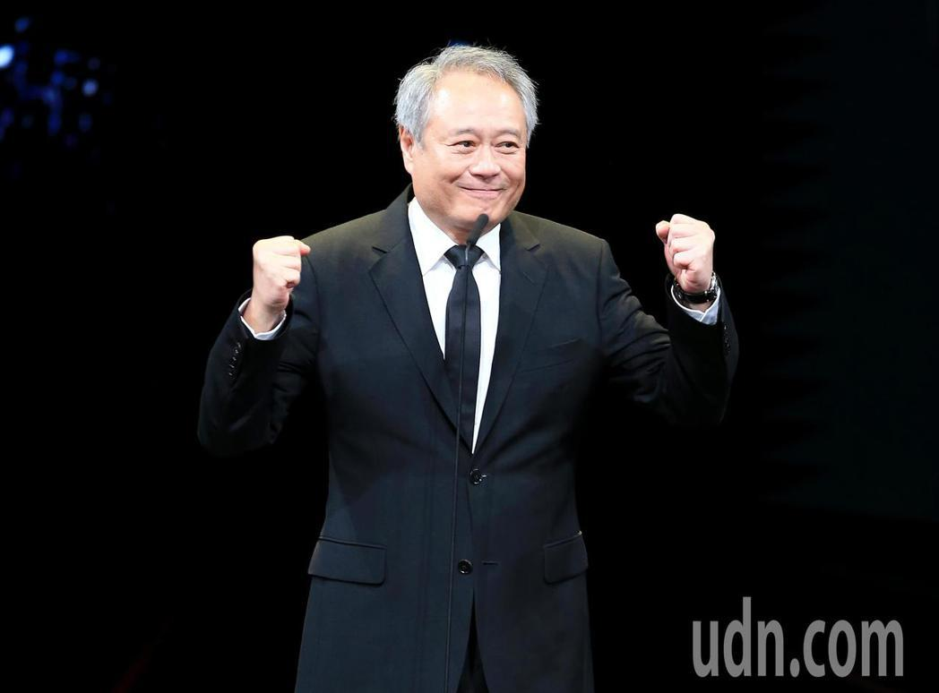 第56屆金馬獎頒獎典禮,李安頒發終身成就獎。記者林伯東/攝影