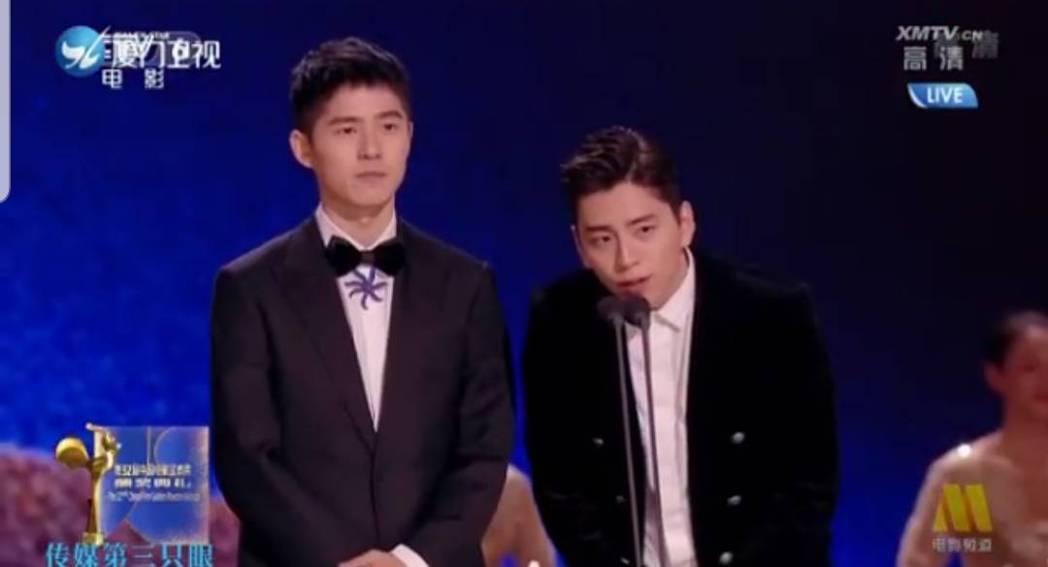 王大陸(右)與劉昊然一起頒獎。圖/截圖自微博