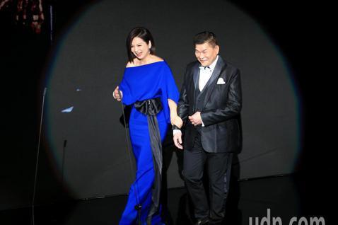 第56屆金馬獎頒獎典禮,澎恰恰與楊貴媚頒發終身成就獎給王童。
