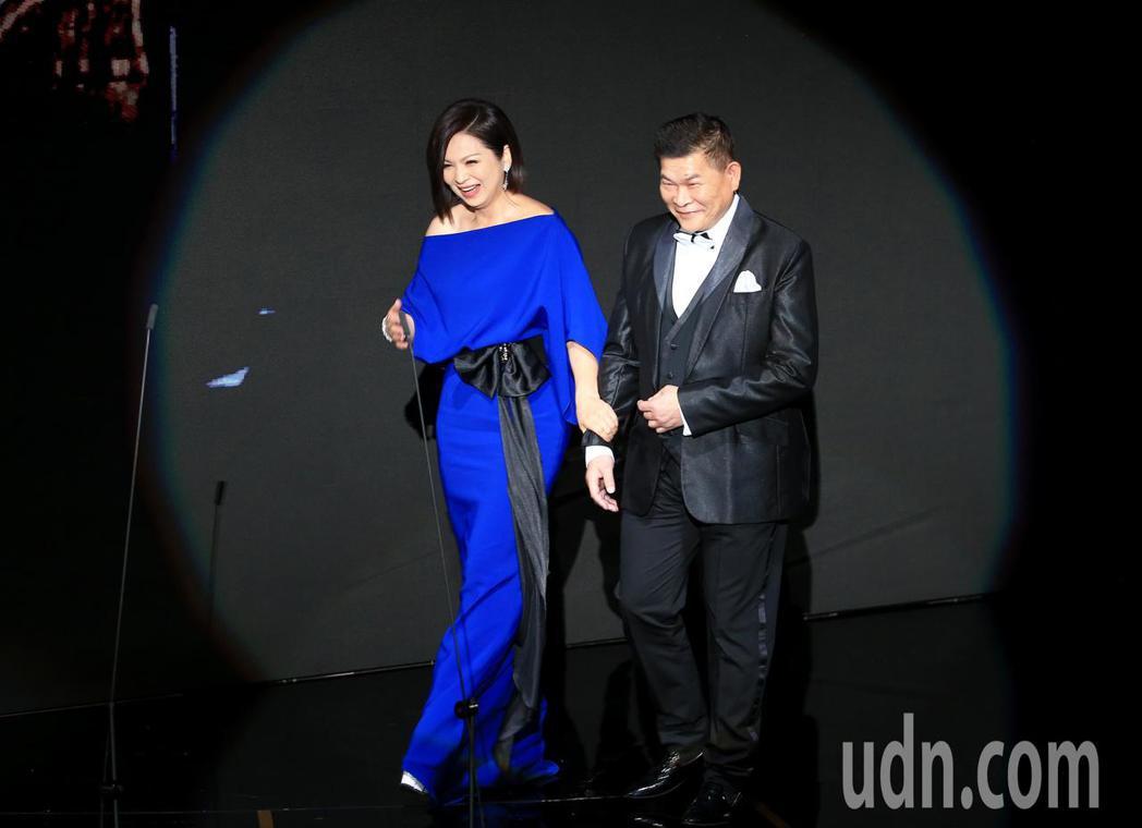 第56屆金馬獎頒獎典禮,澎恰恰(右)與楊貴媚(左)頒發終身成就獎。記者林伯東/攝