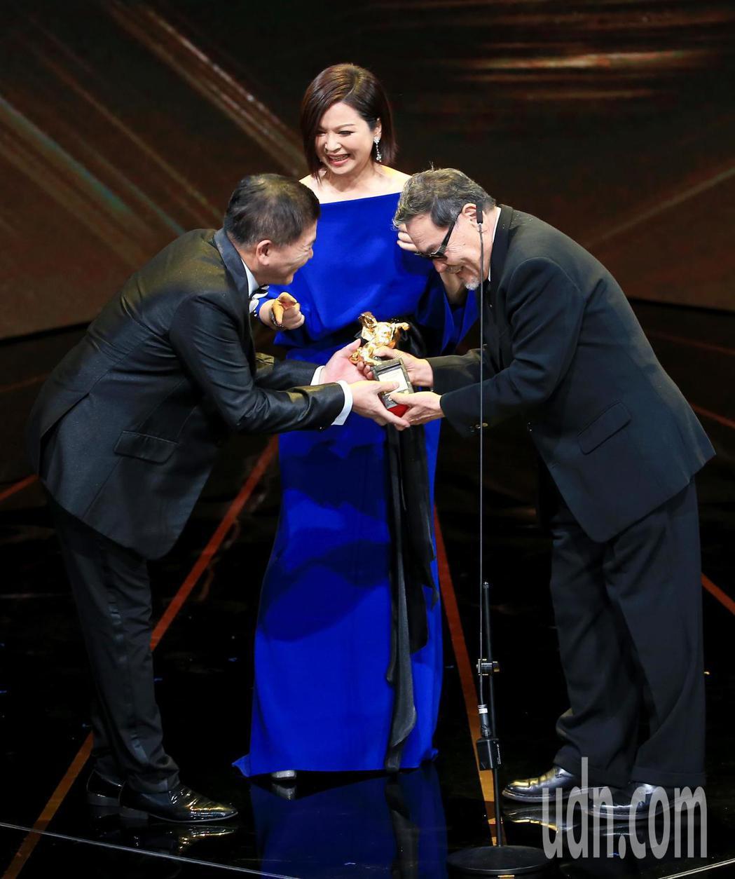 第56屆金馬獎頒獎典禮,澎恰恰(左)與楊貴媚(中)頒發終身成就獎給王童(右)。記...