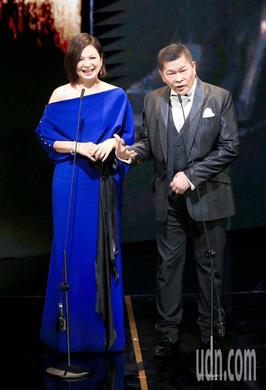 第56屆金馬獎頒獎典禮,澎恰恰(右)與楊貴媚(左)頒發終身成就獎。記者林伯東/攝...