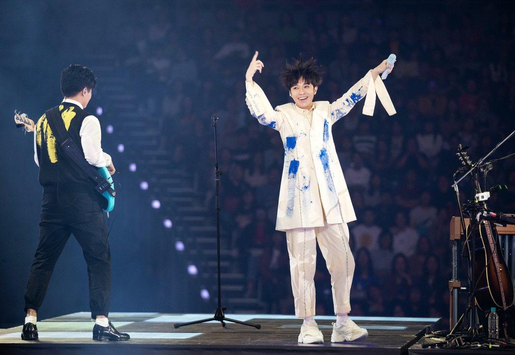吳青峰(右)以一身純白造型開唱,期間任由同仁在身上潑灑水彩。圖/環球提供
