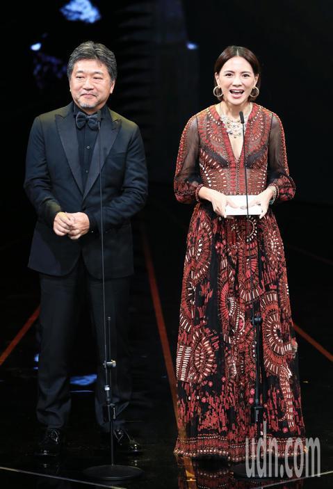 第56屆金馬獎頒獎典禮,是枝裕和與李心潔頒發最佳導演獎。