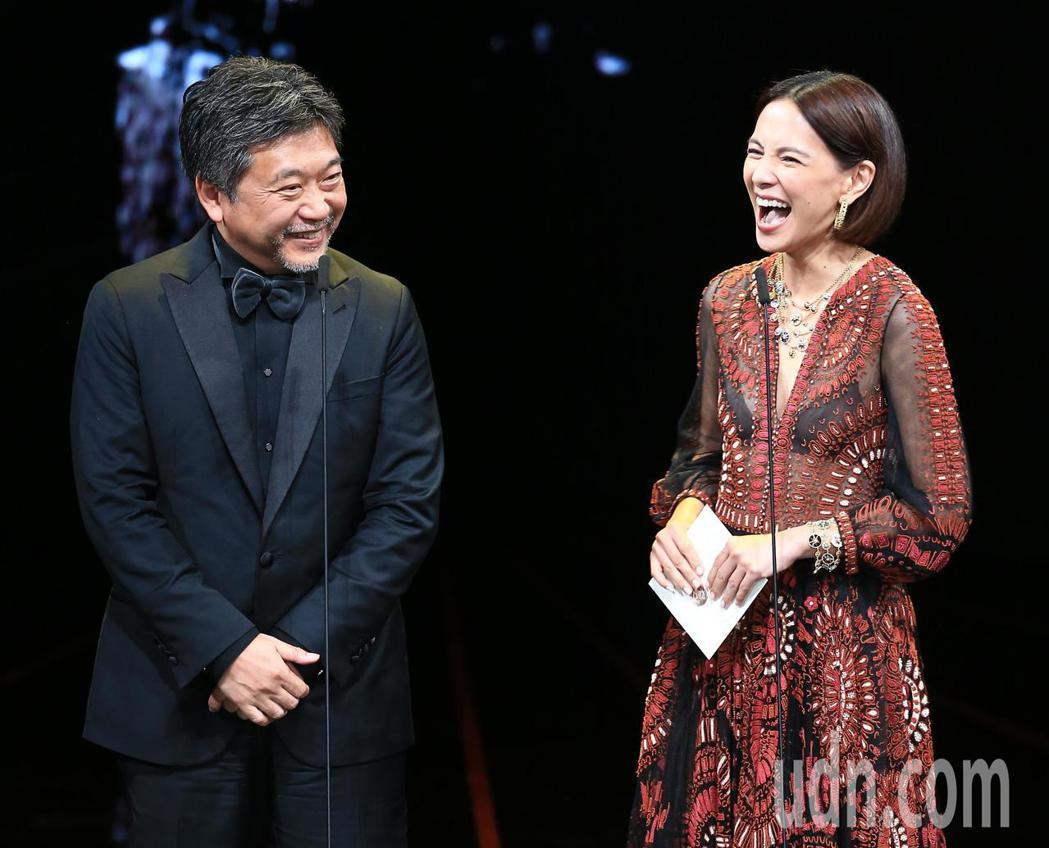 第56屆金馬獎頒獎典禮,是枝裕和(左)與李心潔頒發最佳導演獎。記者林伯東/攝影