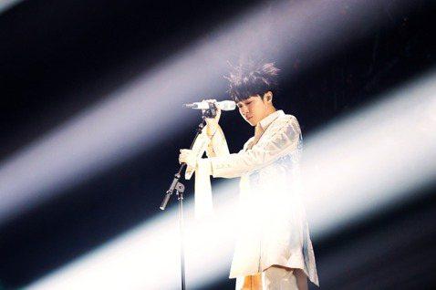 吳青峰23日舉辦首場「太空備忘記」巡演,是他人生頭一遭的個人演唱會,先因獻給媽媽的歌暴哭,接著又因歌迷舉動二度掉淚,氣氛感人。他把蘇打綠歌曲「窺」擺為安可第1首歌曲,表示這首歌實在沒有辦法不唱,「是...