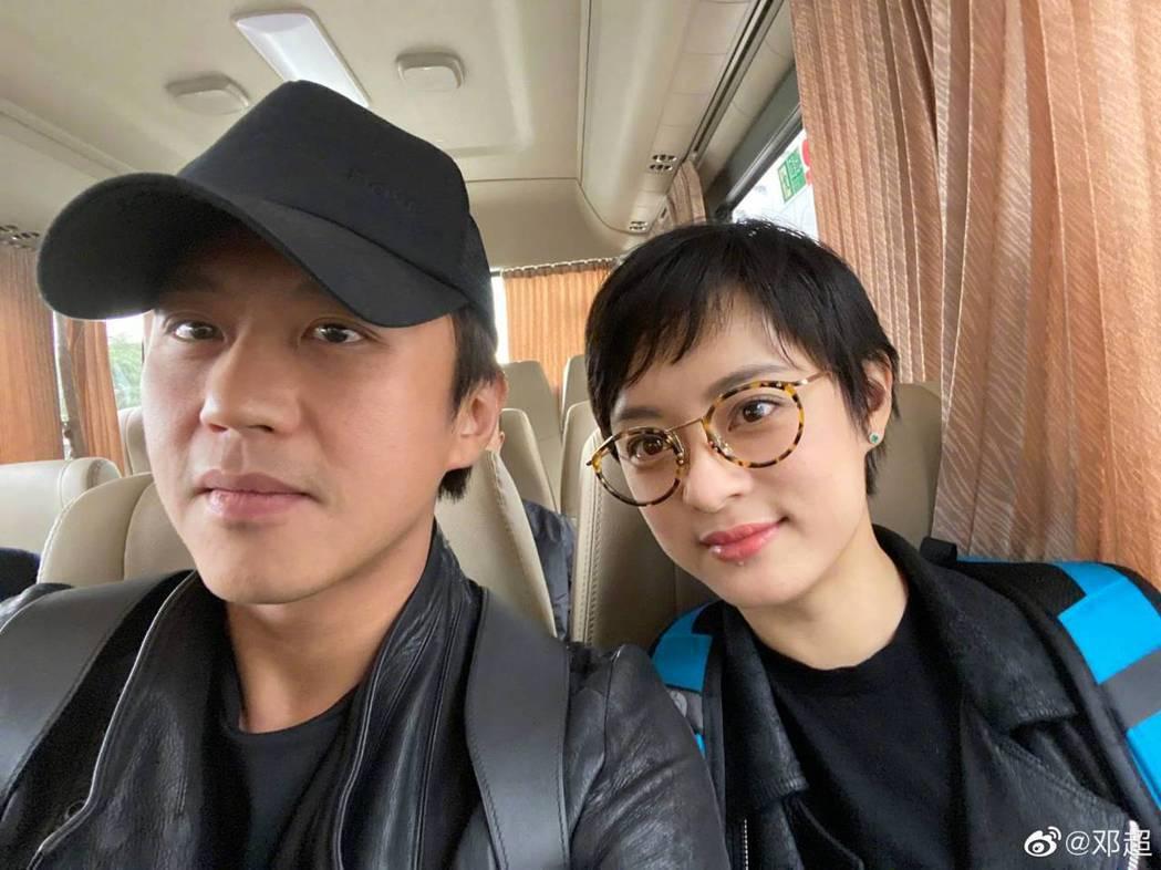 鄧超(左)、孫儷一起出席金雞獎。圖/摘自微博