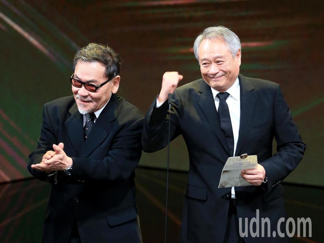 第56屆金馬獎頒獎典禮,李安(右)與王童(左)一同頒發最佳劇情長片獎。記者林伯東