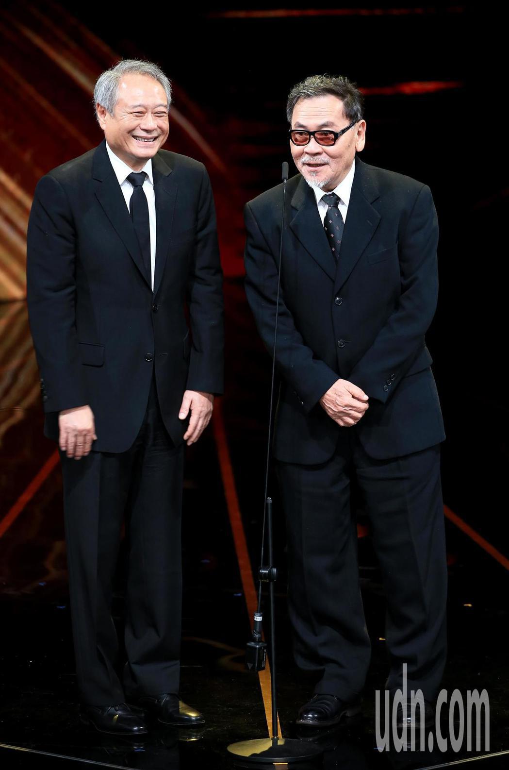 第56屆金馬獎頒獎典禮,李安(左)與王童(右)一同頒發最佳劇情長片獎。記者林伯東...