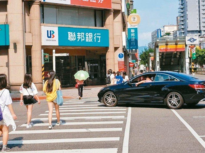 車輛進入斑馬線後,車體前端左右距離行人3公尺範圍內就算違規,違規者可處1200至3600元罰鍰。 圖/聯合報系資料照片