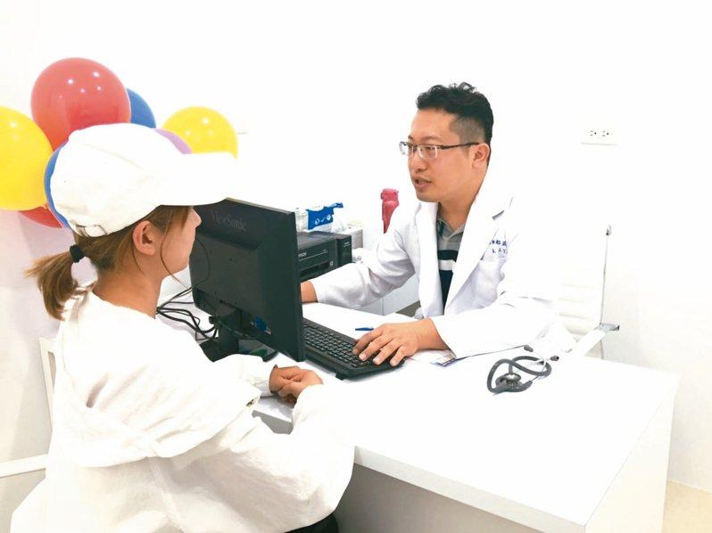 台中澄清醫院前進金門開設診所,首日就有大陸客上門打疫苗。 記者蔡家蓁/攝影