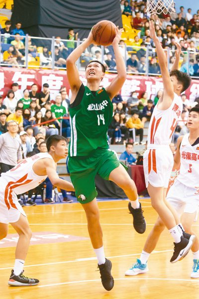 松山高中擊敗光復高中,松山高中于泓翔(中)攻下9分。 記者季相儒/攝影