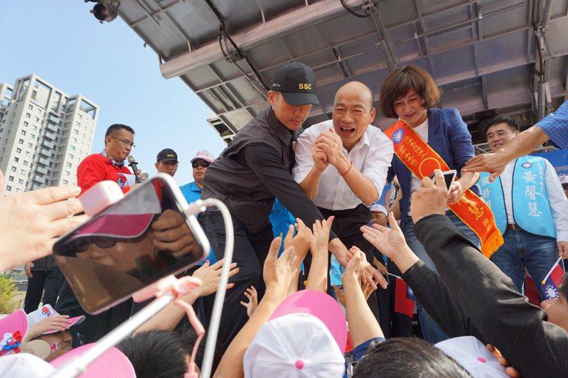 國民黨總統參選人韓國瑜昨為黨籍立委參選人黃馨慧站台,受到民眾熱烈歡迎。記者洪敬浤/攝影