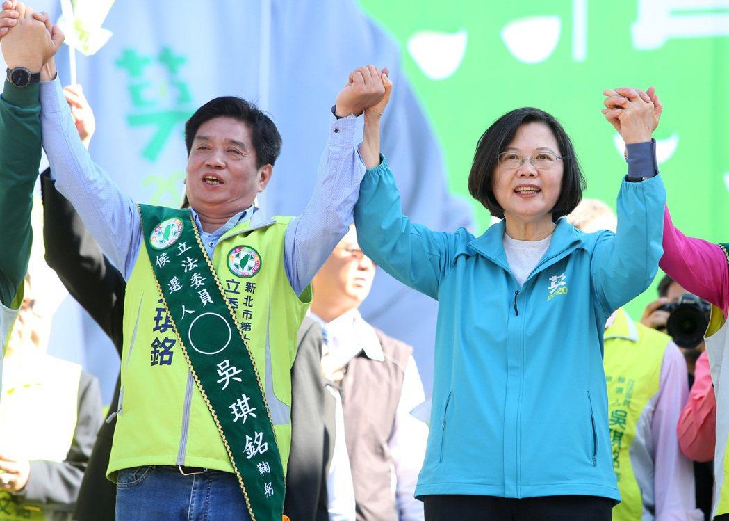 蔡英文總統(右)幫立委參選人吳琪銘(左)站台。 圖/聯合報系資料照片