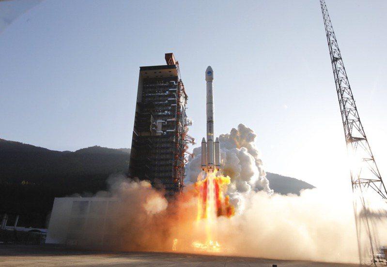 西昌衛星發射中心23日以「一箭雙星」方式,成功發射第50、51顆北斗導航衛星。   中新社