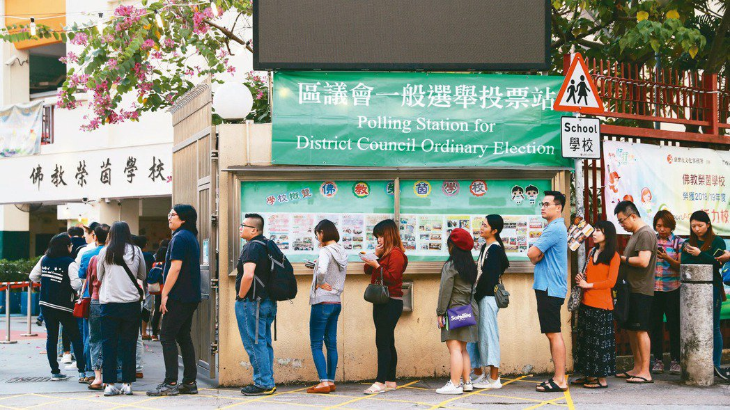 香港24日舉行區議會選舉,各地投票所都出現排隊投票人龍。 路透