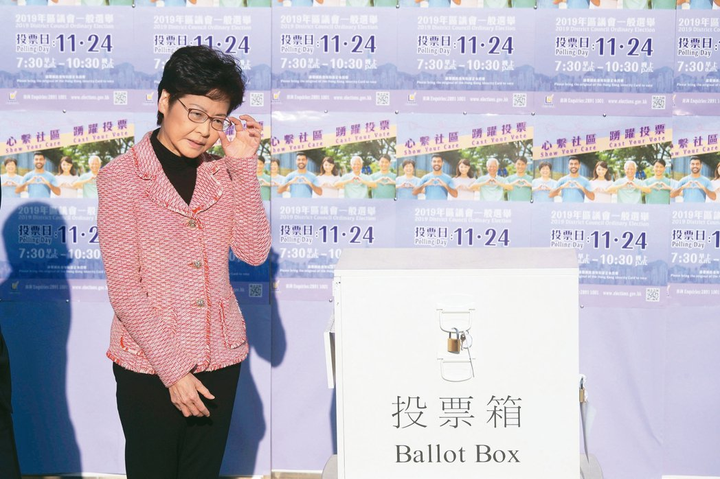 香港特首林鄭月娥到投票所投票。 美聯社