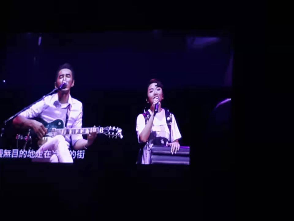 陶晶瑩在吉隆坡舉行演唱會,老公李李仁拿著吉他在舞台中間伴奏。 圖/擷自陶晶瑩臉書