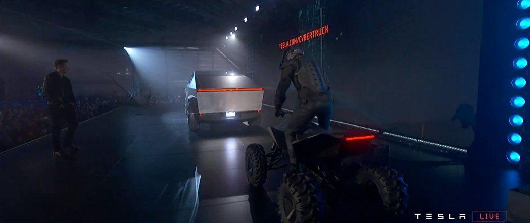 就像皮卡一樣,Cyberquad具有以角線和鋒利的車身面板為主的未來派設計。...