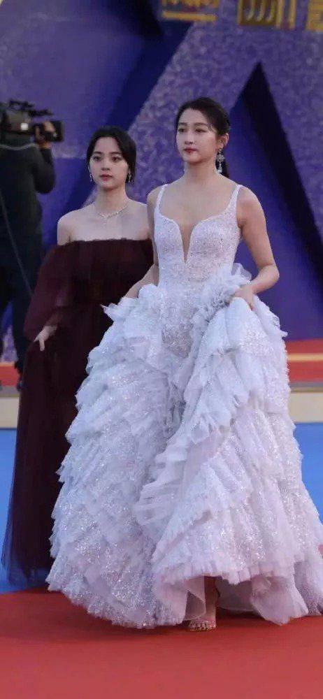 歐陽娜娜與關曉彤金雞獎紅毯上的合照。 圖/擷自微博