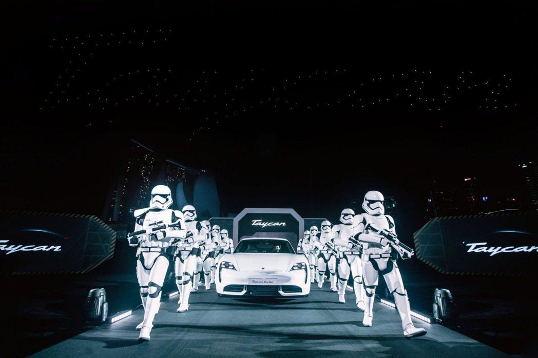一群帝國風暴兵簇擁下,Porsche Taycan正式登場。 圖/摘自carsc...