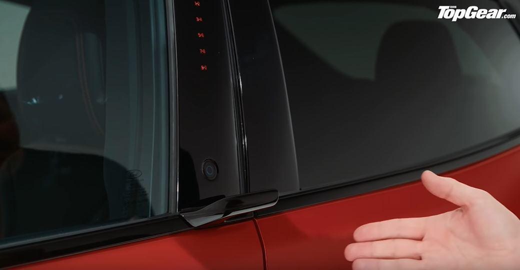 前車門的B柱位置除了有按鈕還有輔助把手。 截自YouTube:Top Gear