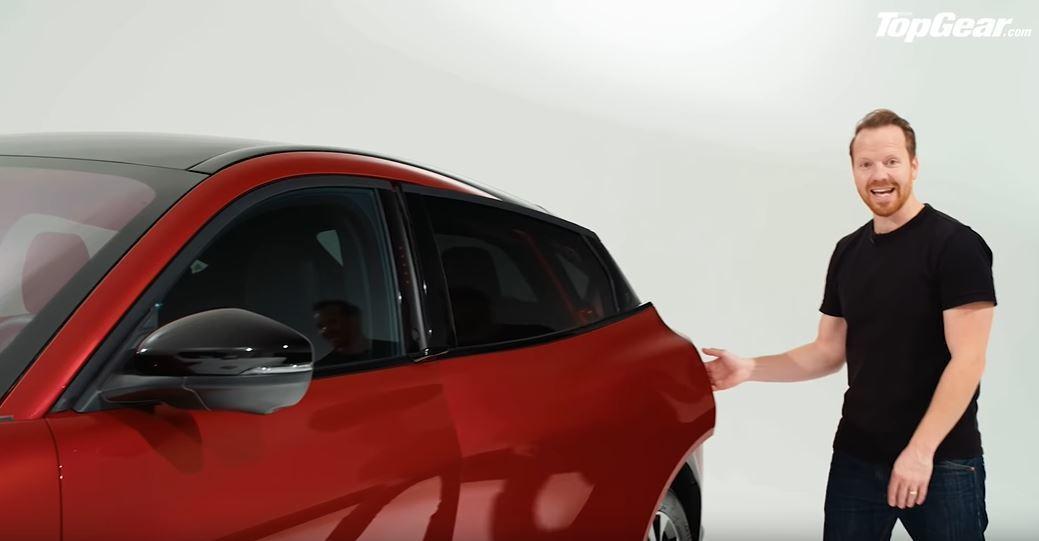 按下按鈕後,後座乘客必須將手伸進車門彈出後的門縫才能開門。 截自YouTube:...