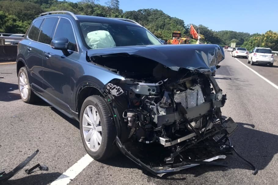 男星吳鈴山駕駛VOLVO車款並開啟自動駕駛,因未注意路況而發生碰撞。 圖/擷自吳...