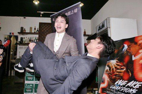 電影《下半場》中飾演HBL選手的范少勳獲得金馬56最佳新演員,在慶功宴上,興奮的抱起劇中飾演弟弟的朱軒洋慶祝。