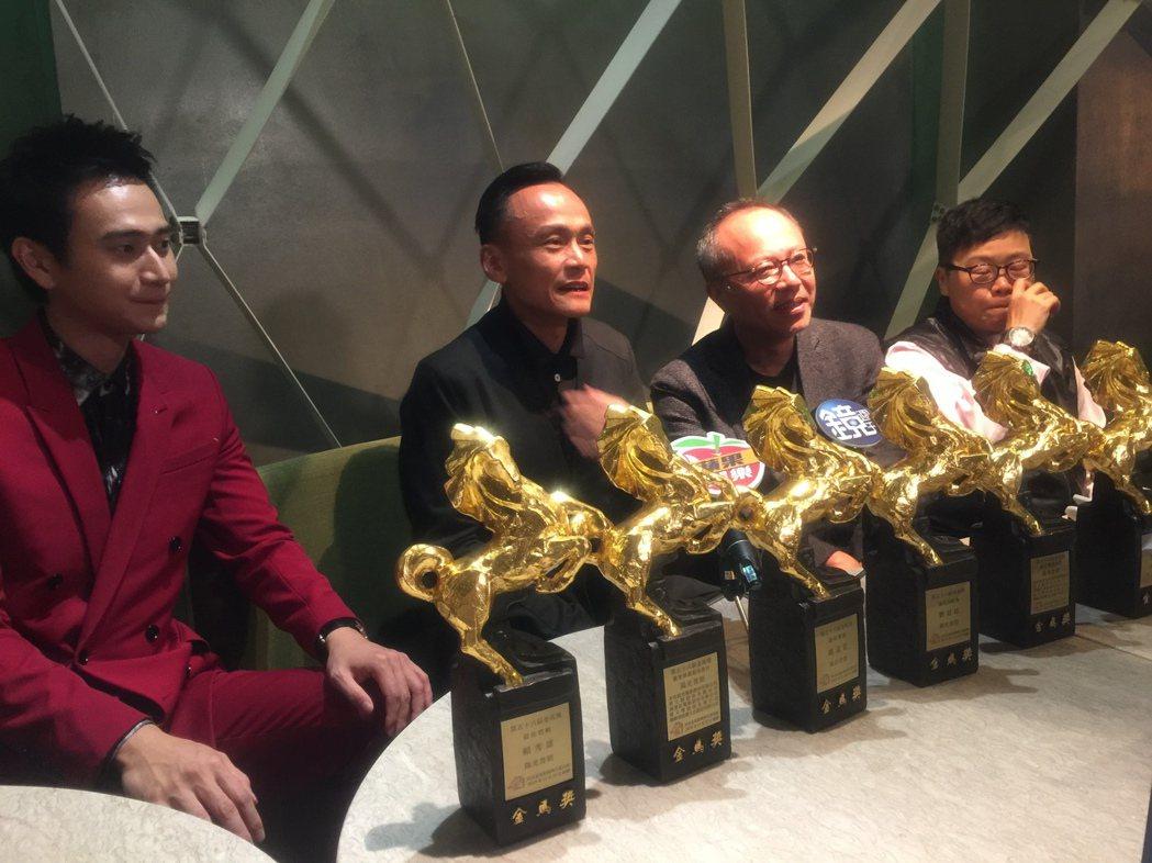 「陽光普照」團隊展示金光閃閃的6匹馬。記者蘇詠智/攝影