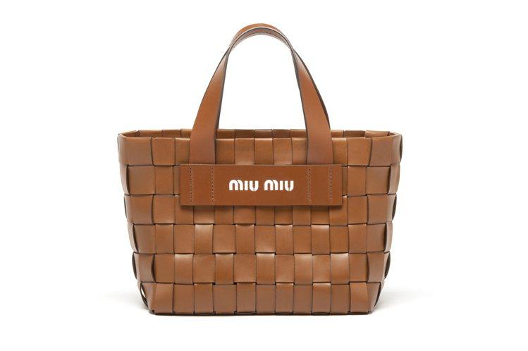 MIU MIU的早春系列同樣也有焦糖色的編織皮革包和硬挺的肩背盒,非常適合野餐、...