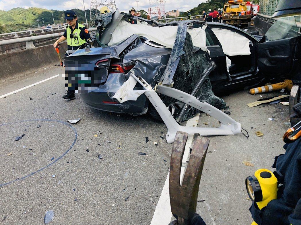 華姓特斯拉營業員開車試駕,卻因不明原因自撞護欄後,再摔落護欄死亡。記者柯毓庭/翻...