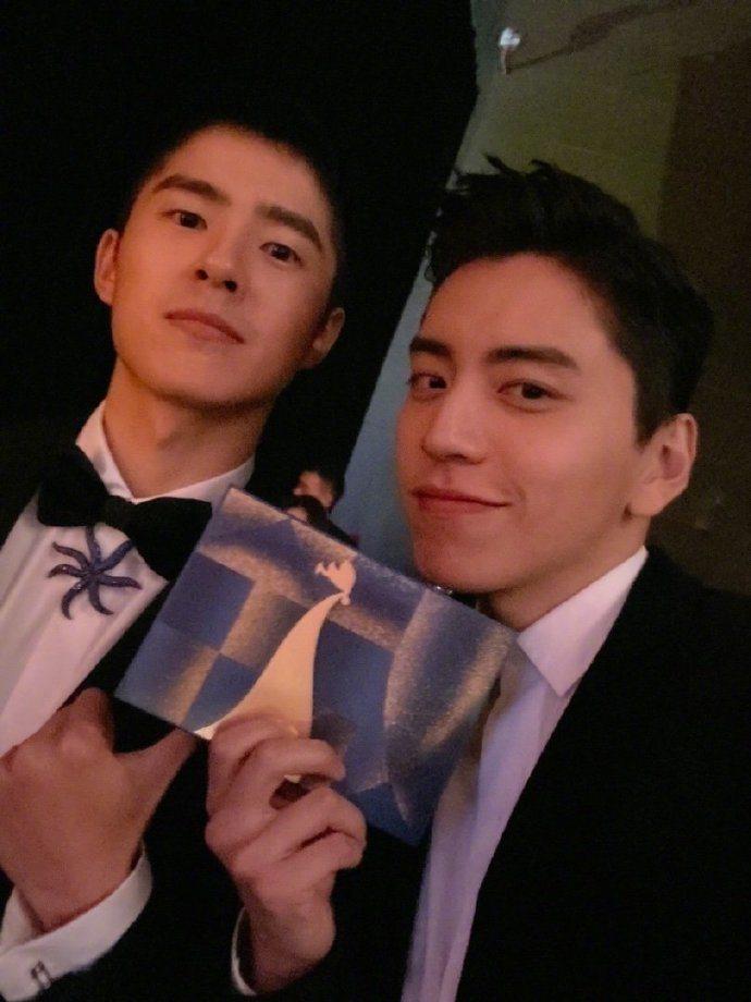 王大陸(右)、劉昊然擔任金雞獎頒獎人。圖/摘自微博