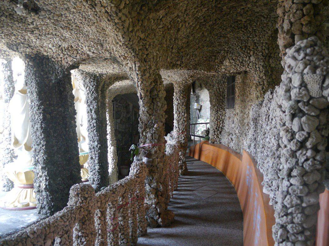 石頭廟外觀奇特,內部設計也充分展現泰籍移工創意。 記者徐白櫻/攝影