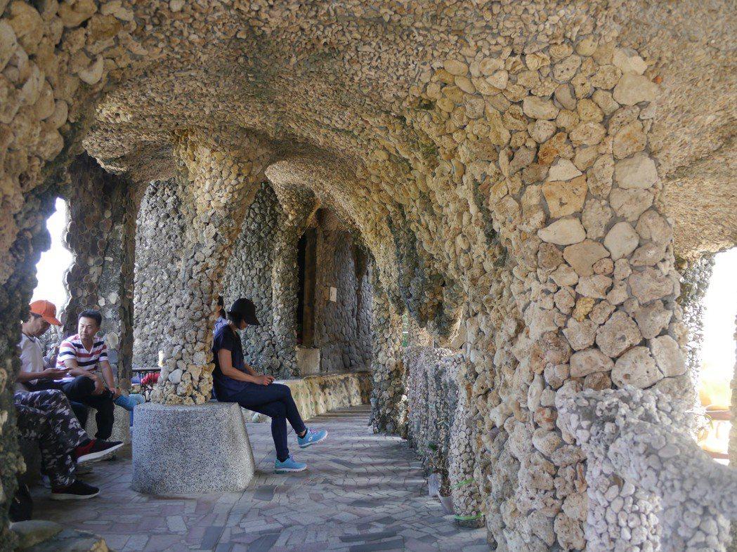 石頭廟內部十分涼爽,許多遊客在石椅上午休。 記者徐白櫻/攝影