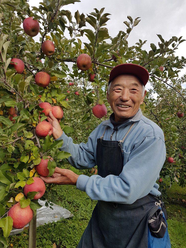 栽種蘋果已有51年的津嶋豊則,是「不摘葉富士」栽種達人。記者何雅玲/攝