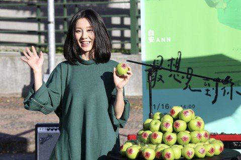 白安推出新創作專輯《44天》,下午在台北四四南村舉辦「最想見到你」彈唱會最終場,吸引大批歌迷到場聆聽,白安還準備88顆綠蘋果送給粉絲。