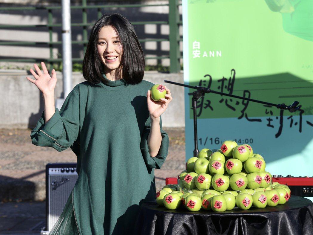 白安推出新創作專輯《44天》,下午在台北四四南村舉辦「最想見到你」彈唱會最終場,...