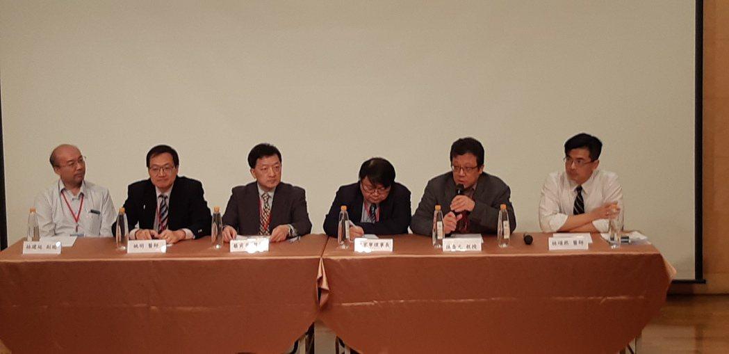 台大醫學院今舉辦細胞與基因治療研討會。左起為沛爾生醫副總經理林建廷、台大醫院血液...