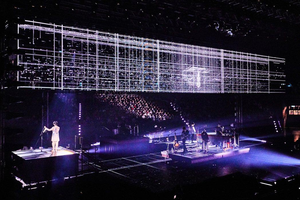 吳青峰演唱會有冰屏光雕美景,視覺相當華麗。圖/環球提供
