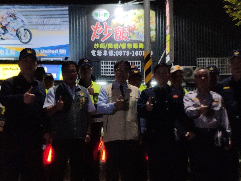 台南市長黃偉哲(中)視察警方好臨檢,慰問警方辛勞。記者謝進盛/攝影