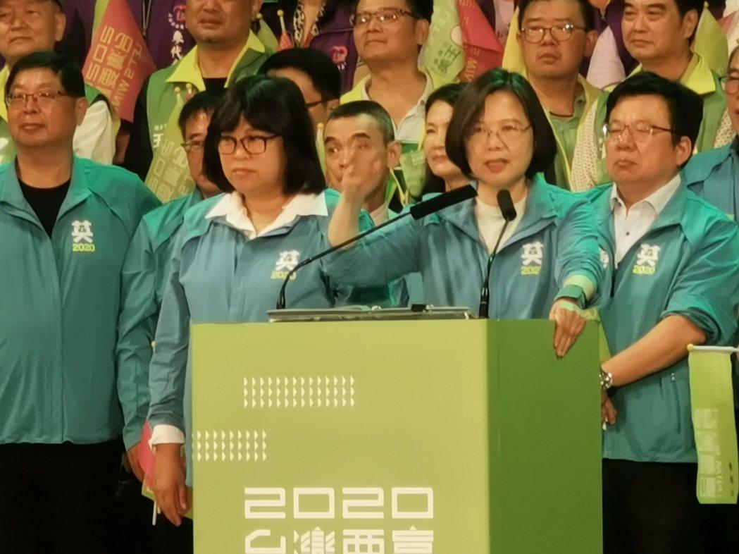 蔡英文致詞連2次稱「王惠美」,被台下群眾糾正是「王美惠」,讓她尷尬不已。記者卜敏...
