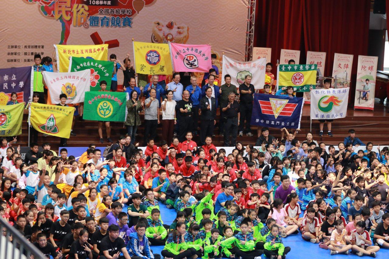 參加比賽的全體參賽隊伍在開幕典禮和貴賓們大合照。圖/台南大學提供