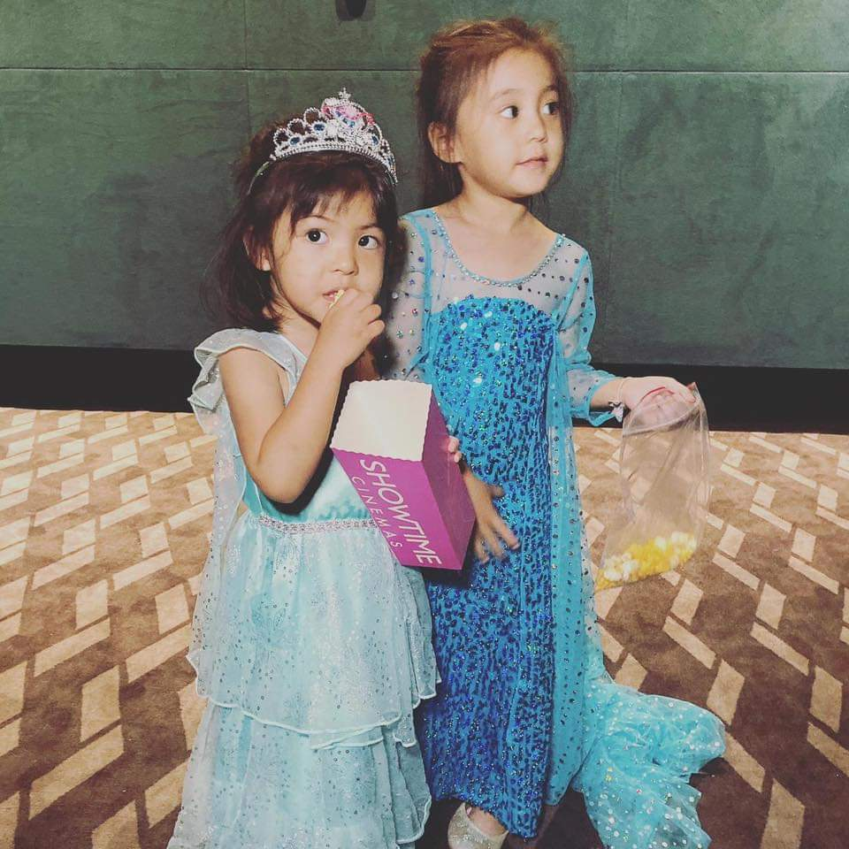 咘咘(右)、Bo妞看電影「冰雪奇緣2」。圖/摘自臉書