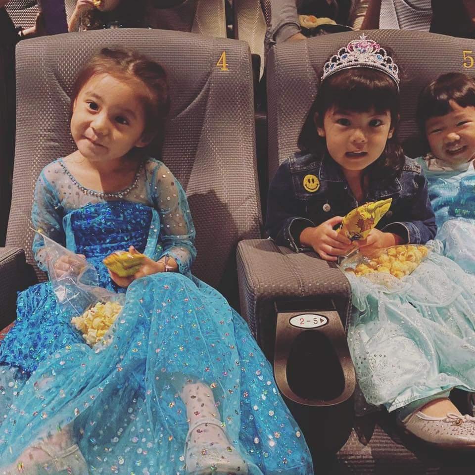 咘咘(左)、Bo妞看電影「冰雪奇緣2」。圖/摘自臉書