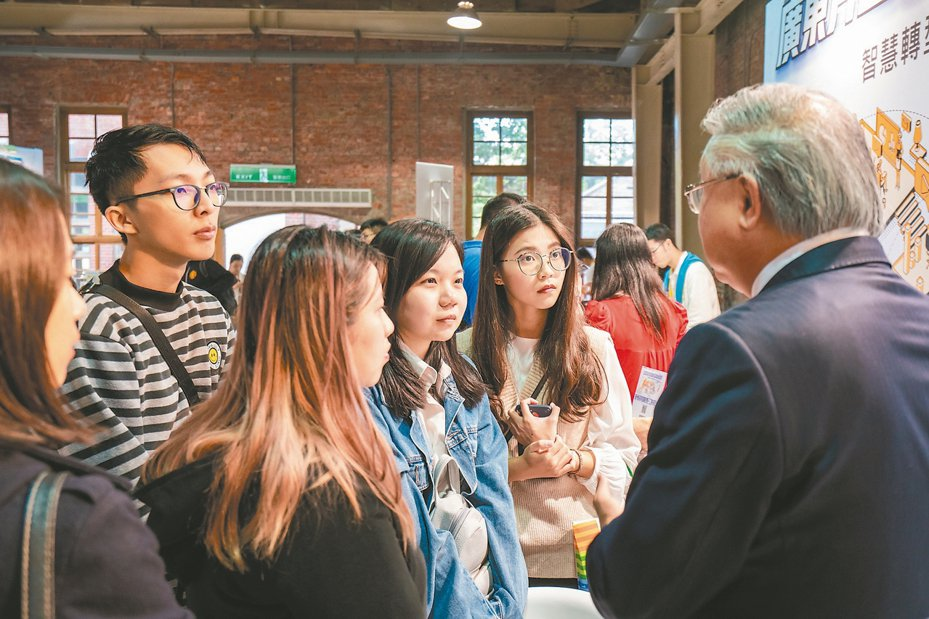 珠海台商協會會長、豪門國際開發股份有限公司董事長簡廷在(右一)與現場年輕人分享企業成長經驗。 記者許依晨/攝影