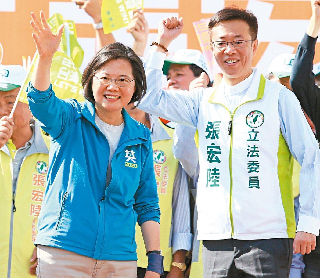 民進黨總統參選人蔡英文(左)昨為黨籍立委參選人張宏陸助選。 記者陳正興/攝影
